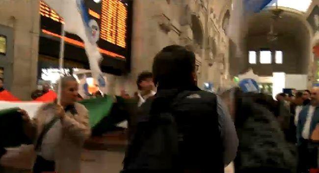 Romano La Russa picchia un contestatore al corteo anti-clandestini