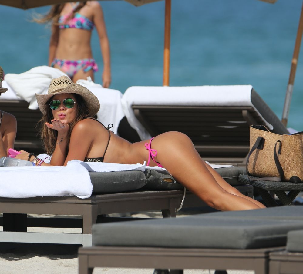 Karina Jelinek mostra il suo lato B in spiaggia