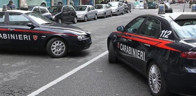 Firenze, per sfuggire ai carabinieri gli lancia la figlia di due anni