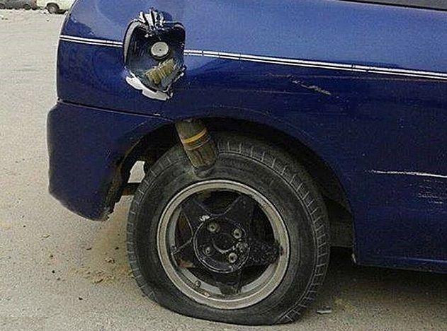 Libia: il mortaio trafigge la carrozzeria dell'auto ma non esplode