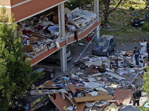 Moncalieri: dà fuoco alla casa e muore, la palazzina esplode