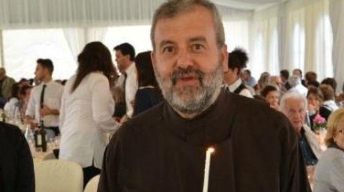 Padre Mario Marchinu annuncia il suo matrimonio durante la messa