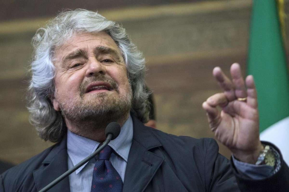 Beppe Grillo a Bruxelles lancia il referendum sull'euro