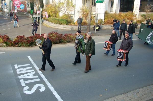 Scherzo ai neo-nazisti: marcia per il Fuhrer trasformata in passeggiata di beneficenza
