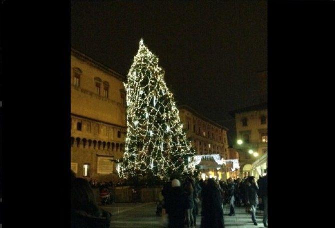 Bologna: l'albero di Natale storto diventa virale