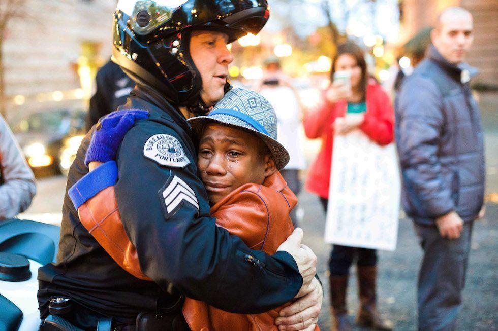 Scontri razziali negli USA: la foto dell'abbraccio di Portland simbolo di speranza