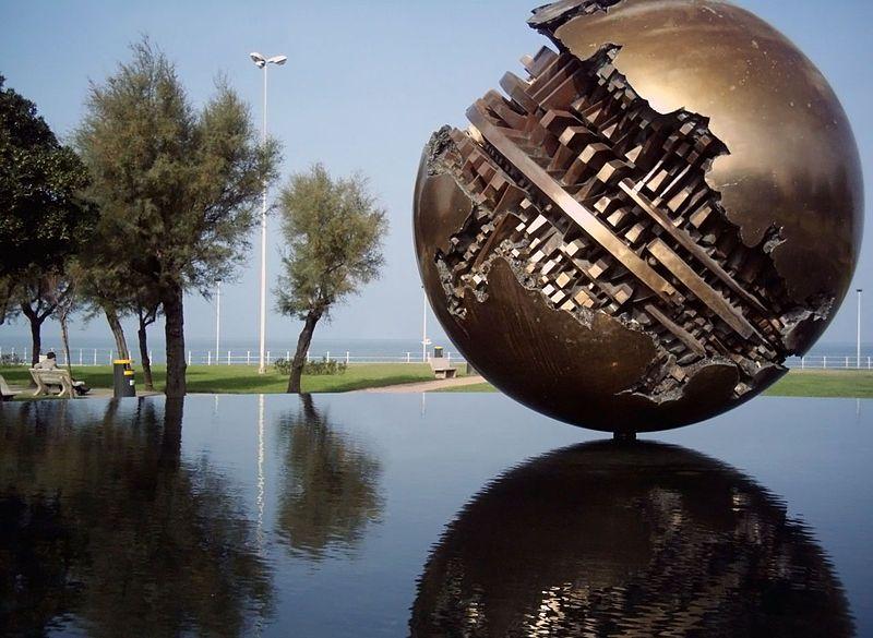 sculture moderne famose arnaldo pomodoro