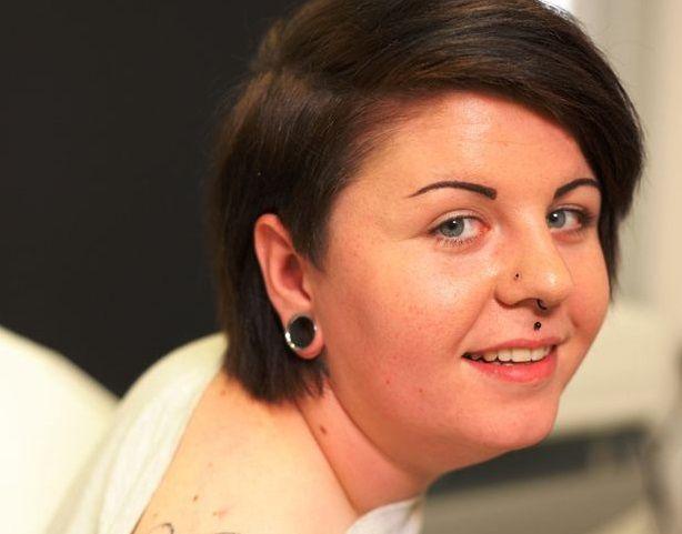 Il tatuaggio più brutto del mondo è sulla spalla di questa ragazza
