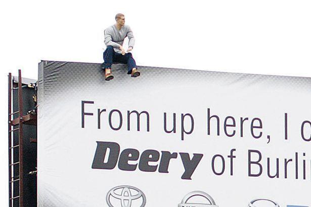 Tenta il suicidio salendo su un cartellone, ma si tratta di una trovata pubblicitaria