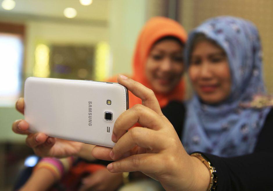 Indonesia: il selfie è peccato, disse il predicatore islamico. E la Rete reagì con ironia