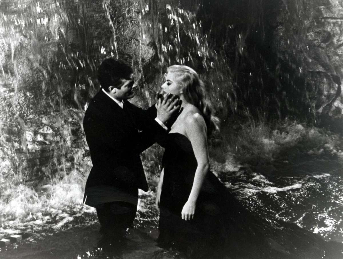 Anita Ekberg e Federico Fellini ne La dolce vita