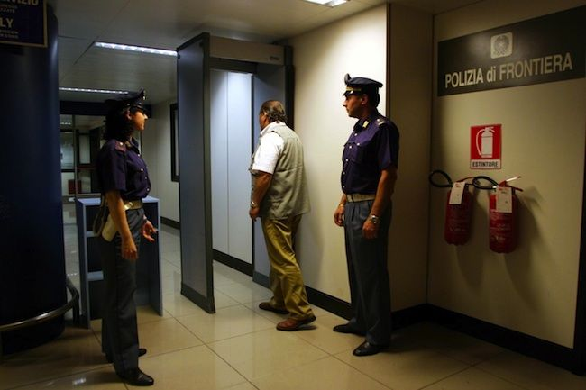 Terrorismo in Italia, fermato un uomo albanese a Catania: trovate sue foto col kalashnikov