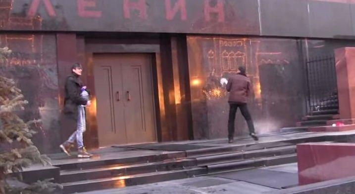 Vogliono resuscitare Lenin con l'acqua santa: il video della loro azione fa il giro del mondo