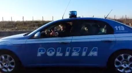 """Rom alla guida di una volante della polizia. La questura: """"E' un'auto di scena"""""""