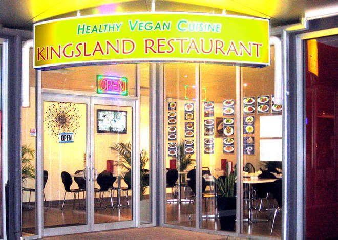 Il ristorante vegano è invaso da scarafaggi, il proprietario: 'Non posso ucciderli'
