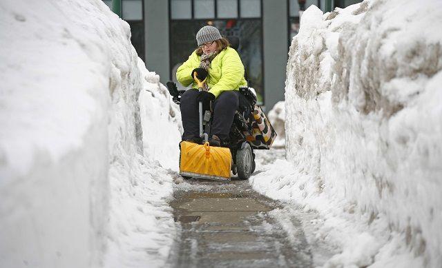 Spala la neve in sedia a rotelle e si trasforma in spazzaneve umana