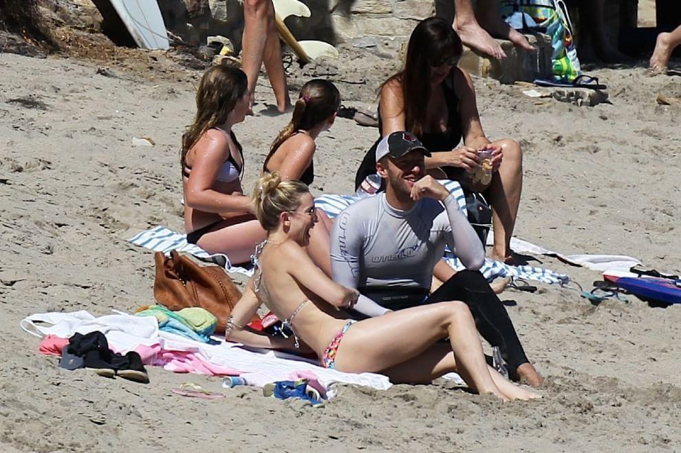 Kate Hudson e Chris Martin stanno insieme? La coppia in spiaggia insieme ai figli