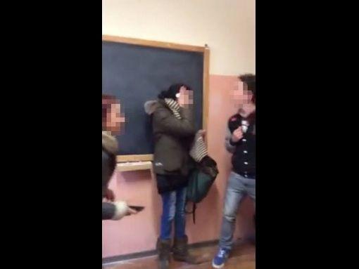 Varallo: botte e sputi a disabile in classe: l'insegnante non interviene