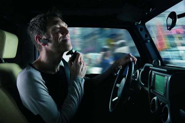 Le cattive abitudini alla guida: dal farsi la barba al…
