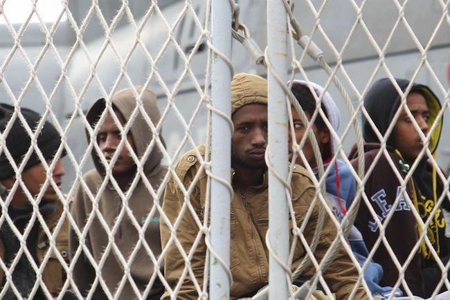 Sbarchi in Sicilia, 10 morti in mare: soccorsi quasi mille migranti