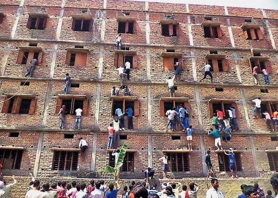 India, genitori degli studenti sui muri per suggerire durante l'esame