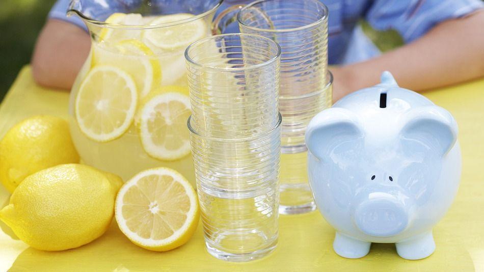 Bimba di 5 anni raccoglie 25.000 dollari per il fratellino malato vendendo limonata