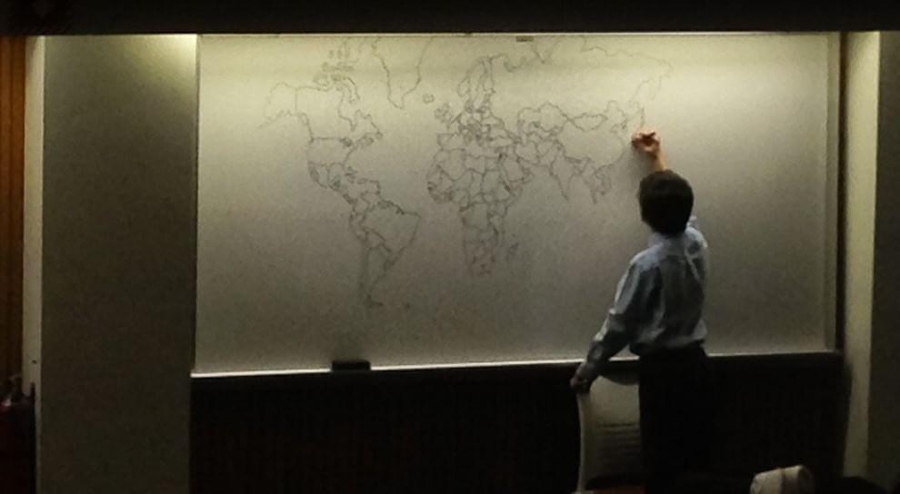Bambino autistico disegna la mappa del mondo a memoria