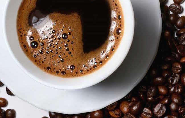Bere troppo caffè invecchia la pelle