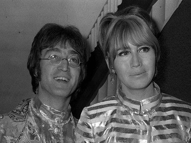 Cynthia Powell Lennon col suo celebre marito