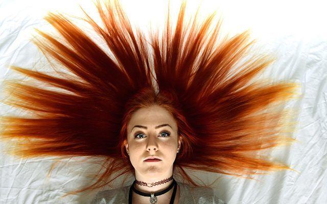 Ragazza con i capelli rossi cacciata da scuola