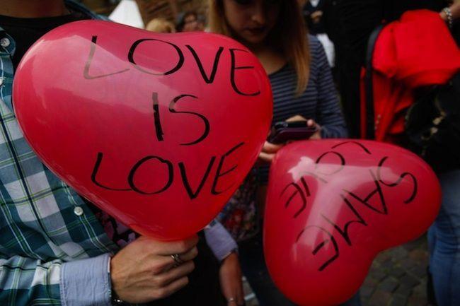 Coppia gay si bacia, aggrediti al bar: pugile gli getta in faccia un bicchiere