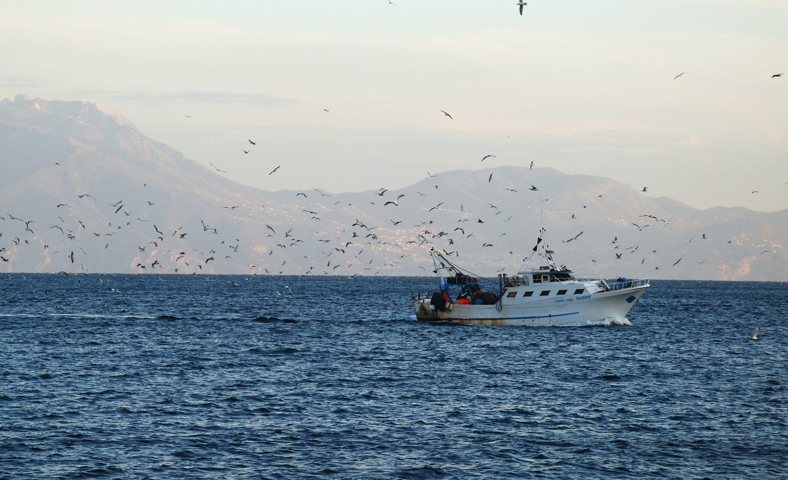 Attaccato un peschereccio italiano in Libia: l'equipaggio caccia i pirati