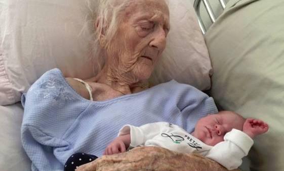 La foto virale della trisnonna centenaria con la nipotina