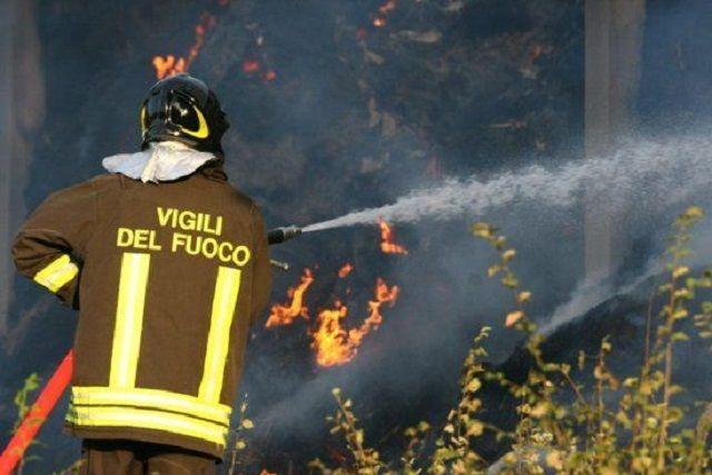 Vigili del Fuoco domano l'incendio al campo rom ma vengono derubati