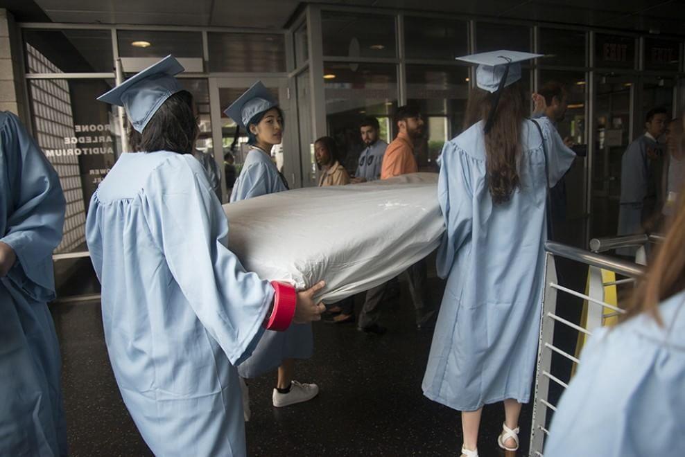 Emma Sulkowicz si laurea con il materasso dove ha subito lo stupro