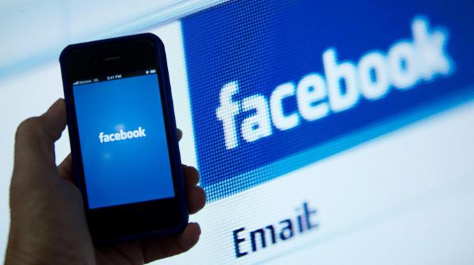 Multe per gli insulti su Facebook: il giudice impone il risarcimento per la diffamazione online