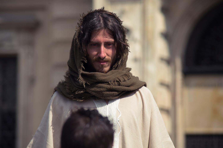 Il montatore disoccupato vestito da Gesù per le strade di Torino