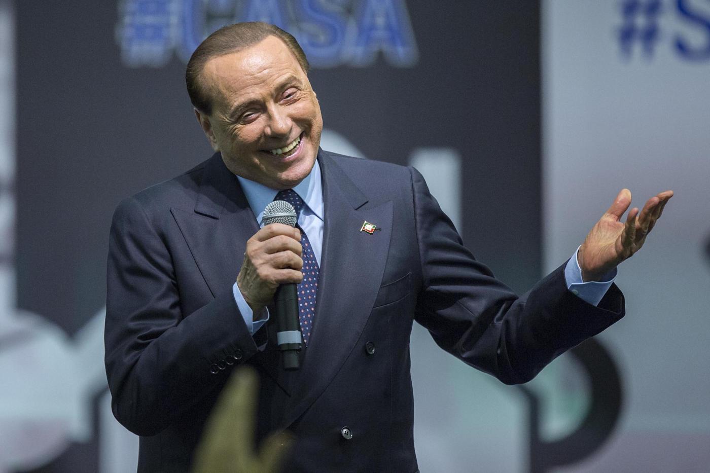 Berlusconi fa una foto e 'mette le corna' in testa a un ragazzino