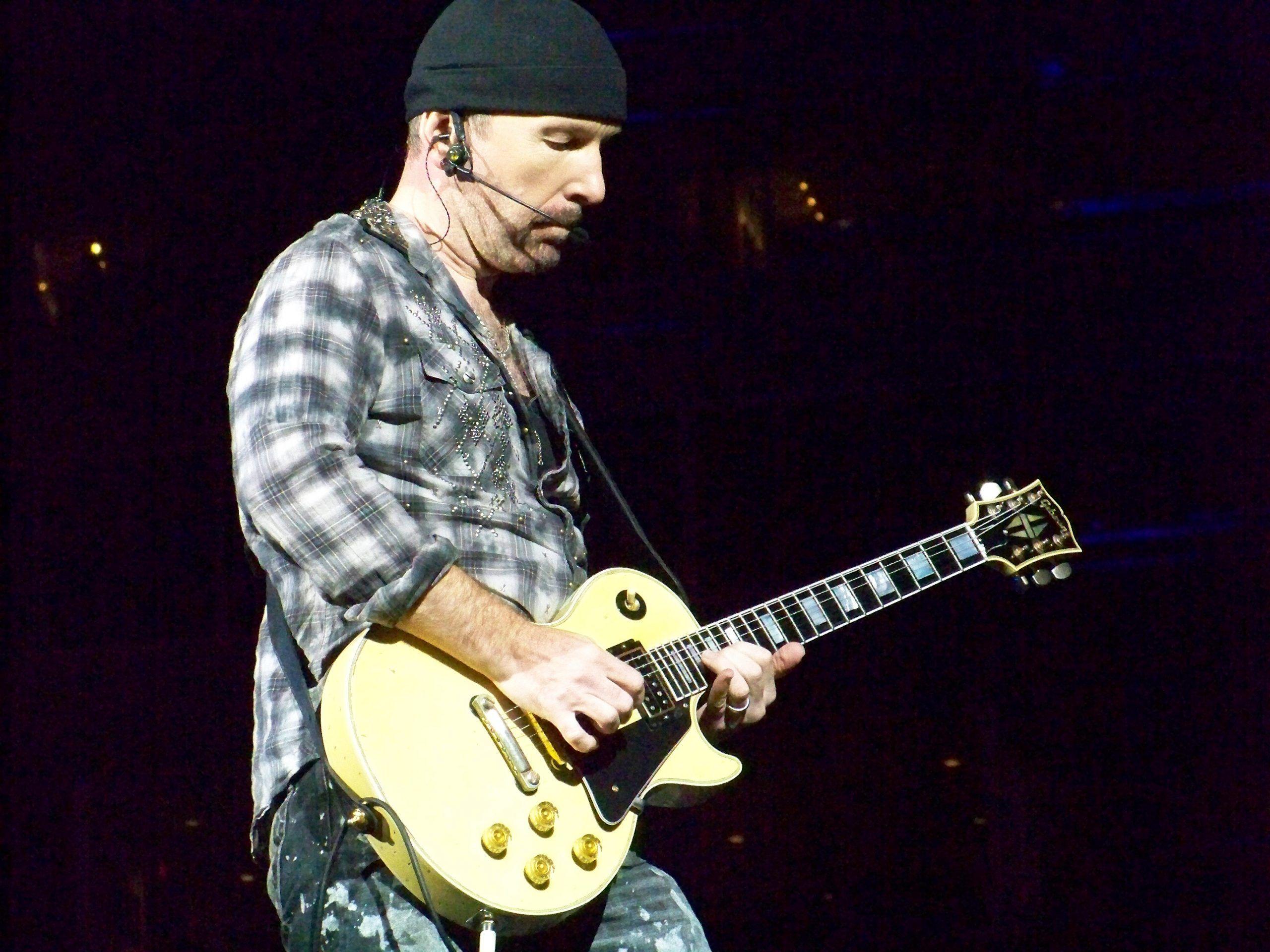 The Edge cade dal palco