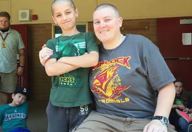 La maestra che taglia i capelli in solidarietà con l'alunno preso di mira dai bulli