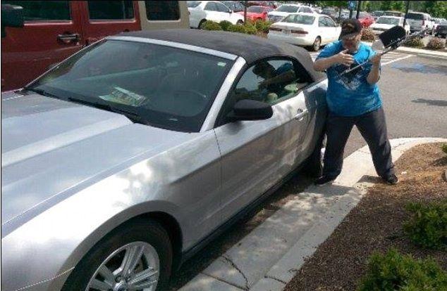 Salva cane chiuso in macchina, veterano americano arrestato
