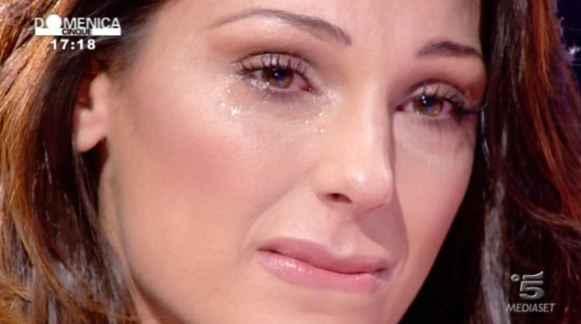 Anna Tatangelo: la cantante mostra gli addominali ed è polemica su una presunta cicatrice