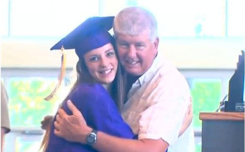 Il vigile del fuoco che la salvò quando era neonata si presenta al suo diploma