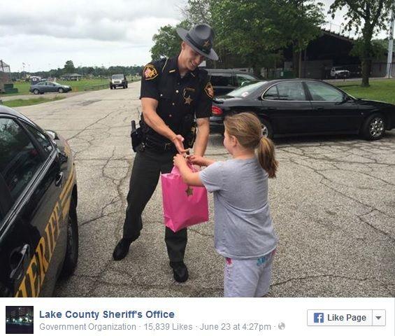 Poliziotto regala il suo tablet a una bimba per premiarla della sua generosità