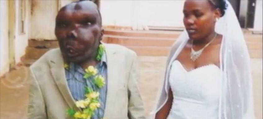 È l'uomo più brutto d'Uganda ma ha almeno 8 ragioni per essere felice