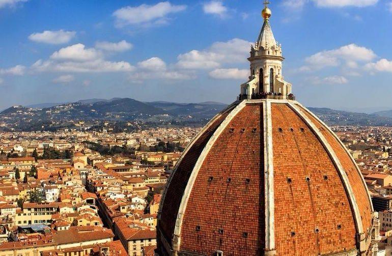 Sale sulla cupola del Duomo e fa un gesto incommentabile. Poi si giustifica: 'Non ci sono wc'