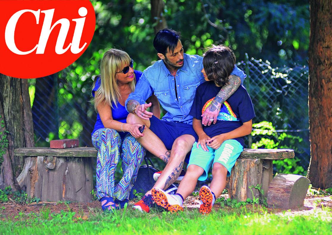 Fabrizio Corona fuori dal carcere incontra la madre e il figlio