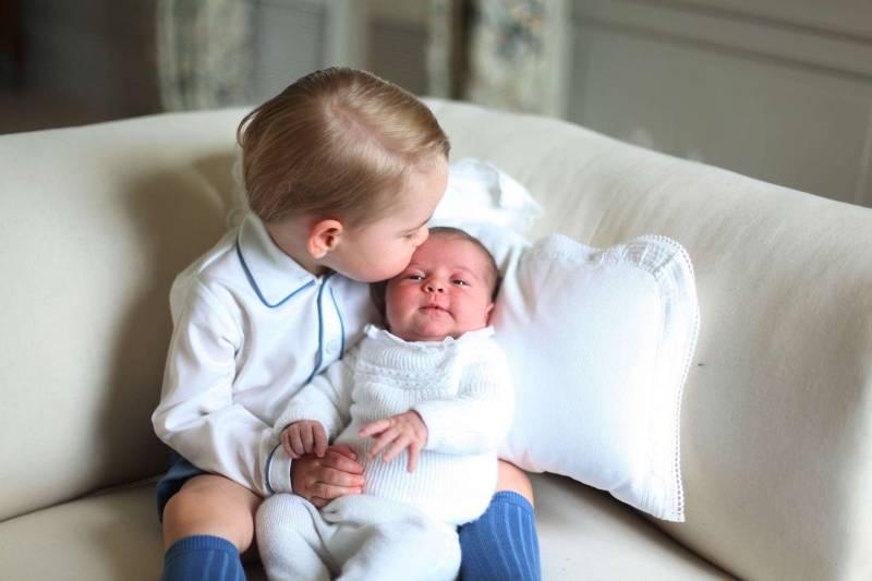 George e Charlotte di Cambridge: la prima foto dei Royal Baby insieme