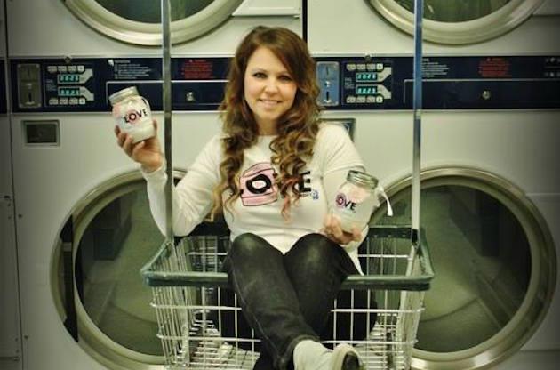 Mamma single fornisce gratuitamente il servizio di lavanderia