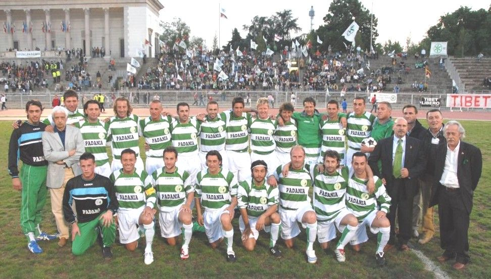 La squadra di calcio della Padania contro la nazionale dei Rom